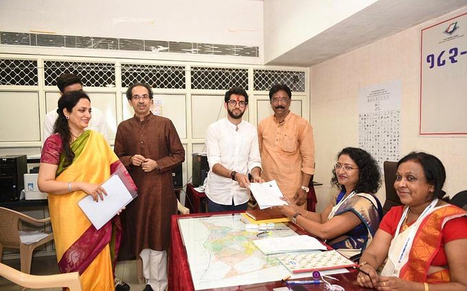 मुंबई: ठाकरे परिवार से पहली बार चुनाव लड़ने जा रहे आदित्य ने भरा पर्चा, भव्य रोड शो के जरिए किया शक्ति प्रदर्शन