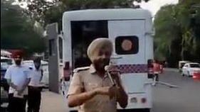 वीडियो: 'बोलो तारा रा' गाकर पंजाब पुलिस ने सिखाए ट्रैफिक नियम, सोशल मीडिया पर वायरल हुआ अनोखा तरीका