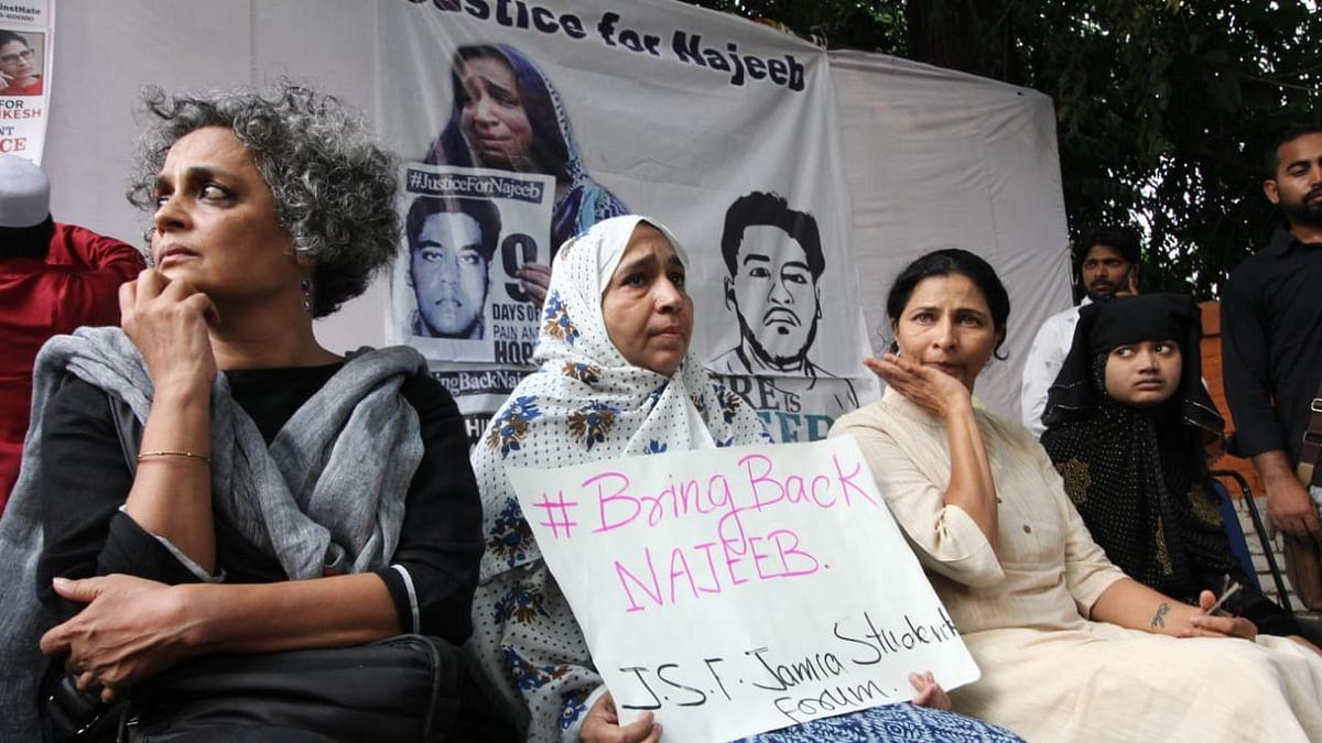 जेएनयू के लापता छात्र नजीब की बरामदगी के लिए जंतर-मंतर पर प्रदर्शन, अरुंधति रॉय के साथ जुटीं कई पीड़ित महिलाएं