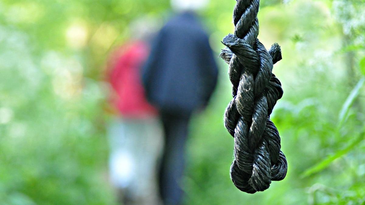 उत्तर प्रदेश में कर्ज से तंग दो किसानों ने की आत्महत्या, एक ने खाया ज़हर, दूसरे ने लगा ली फांसी