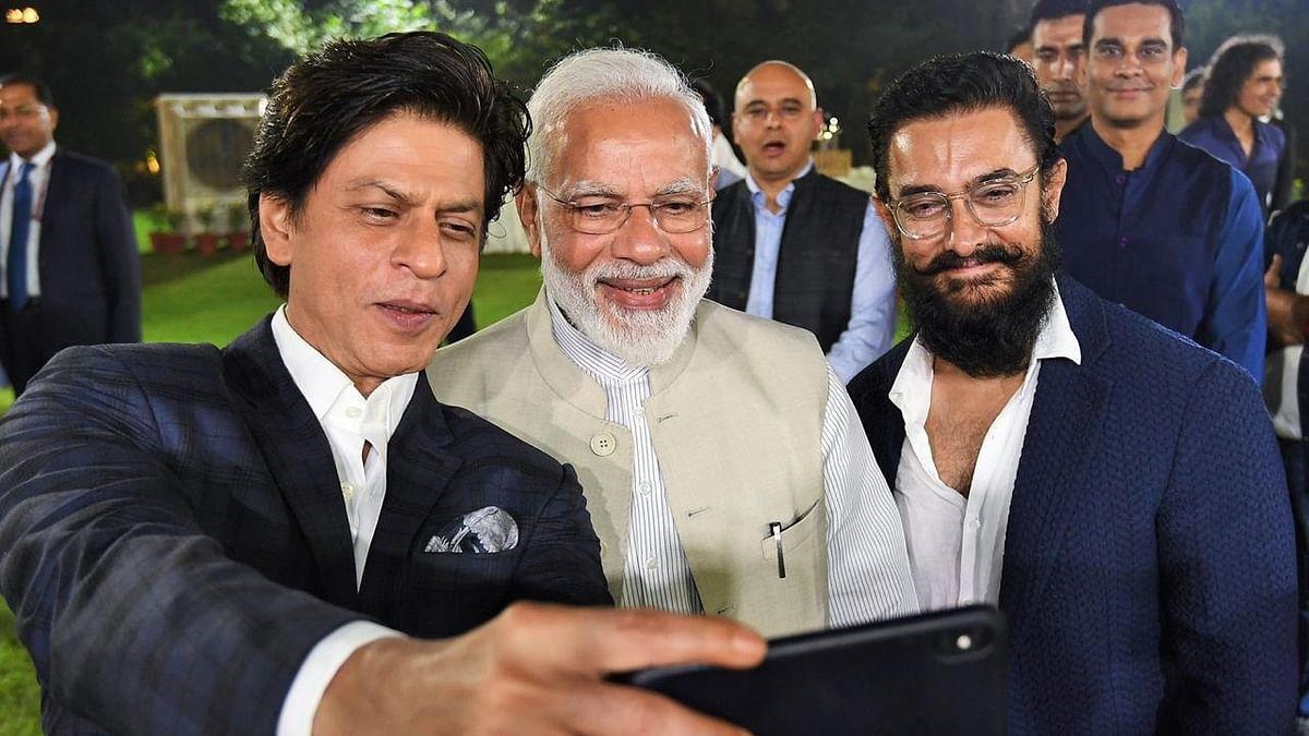 बड़ी खबर LIVE: प्रधानमंत्री आवास पर जुटीं बॉलीवुड हस्तियां, पीएम मोदी संग शाहरुख-आमिर ने ली सेल्फी