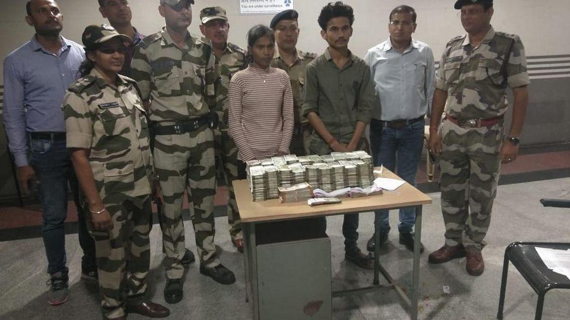 दिल्ली में मेट्रो स्टेशन की एक्सरे मशीन ने पकड़े बैग में भरे एक करोड़ रुपए, लड़का-लड़की हिरासत में
