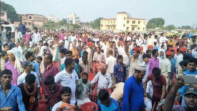 बिहार: तेजस्वी यादव की सभा में मची भगदड़, लोगों ने फेंकी कुर्सियां, पुलिस ने किया लाठी चार्ज
