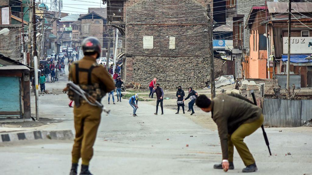 लोकसभा में सरकार का दावा- 370 हटने के बाद घटी कश्मीर में पत्थरबाजी, लेकिन  आंकड़ों ने  खोल कर रख दी पोल