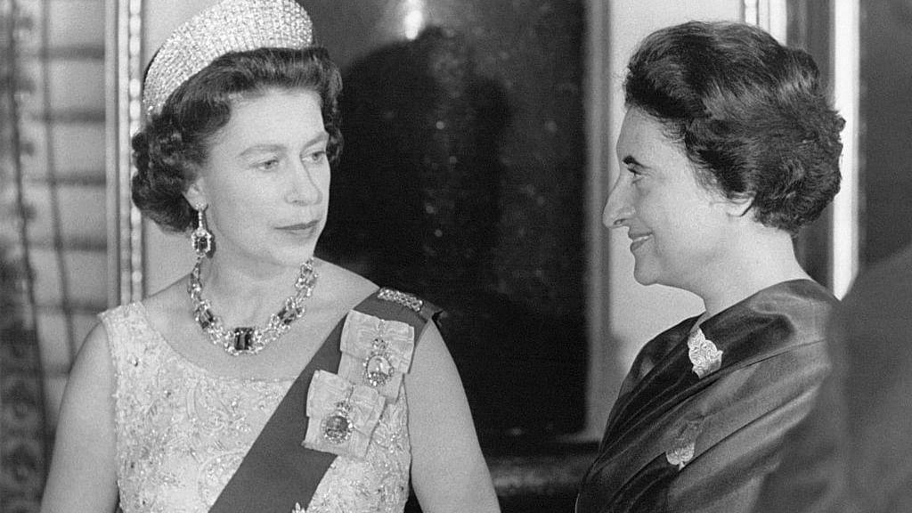 1969 में ब्रिटेन की महारानी के साथ श्रीमती इंदिरा गांधी (फोटो: Getty Images)