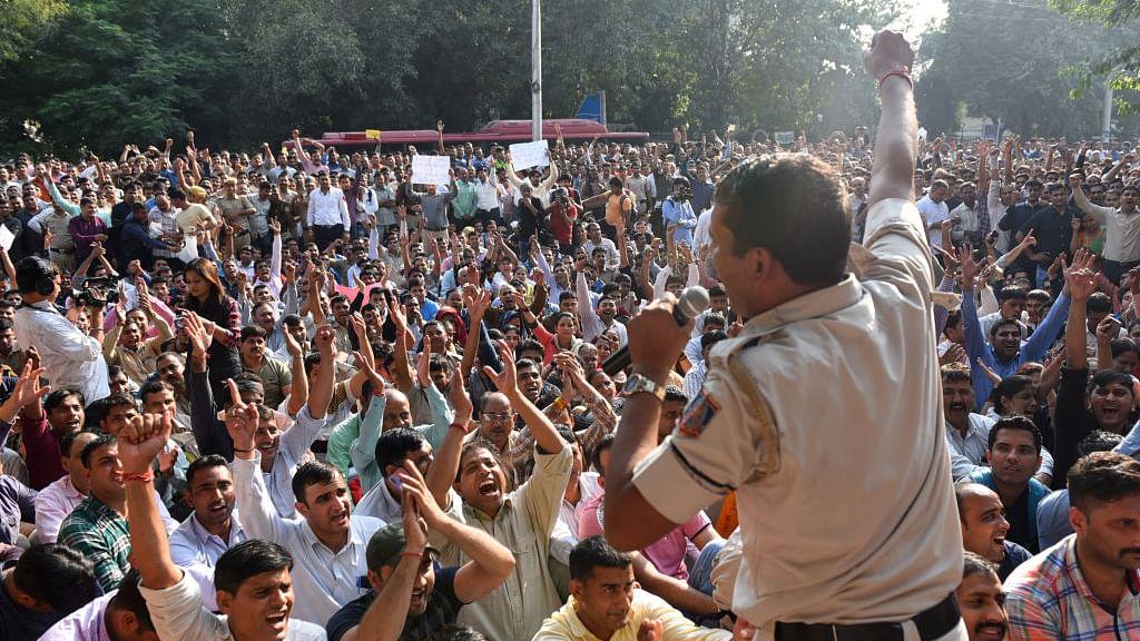 खरी-खरी: पुलिस मांगे सुरक्षा, वकील मांगे इंसाफ, देश में हर तरफ है अराजकता का राज