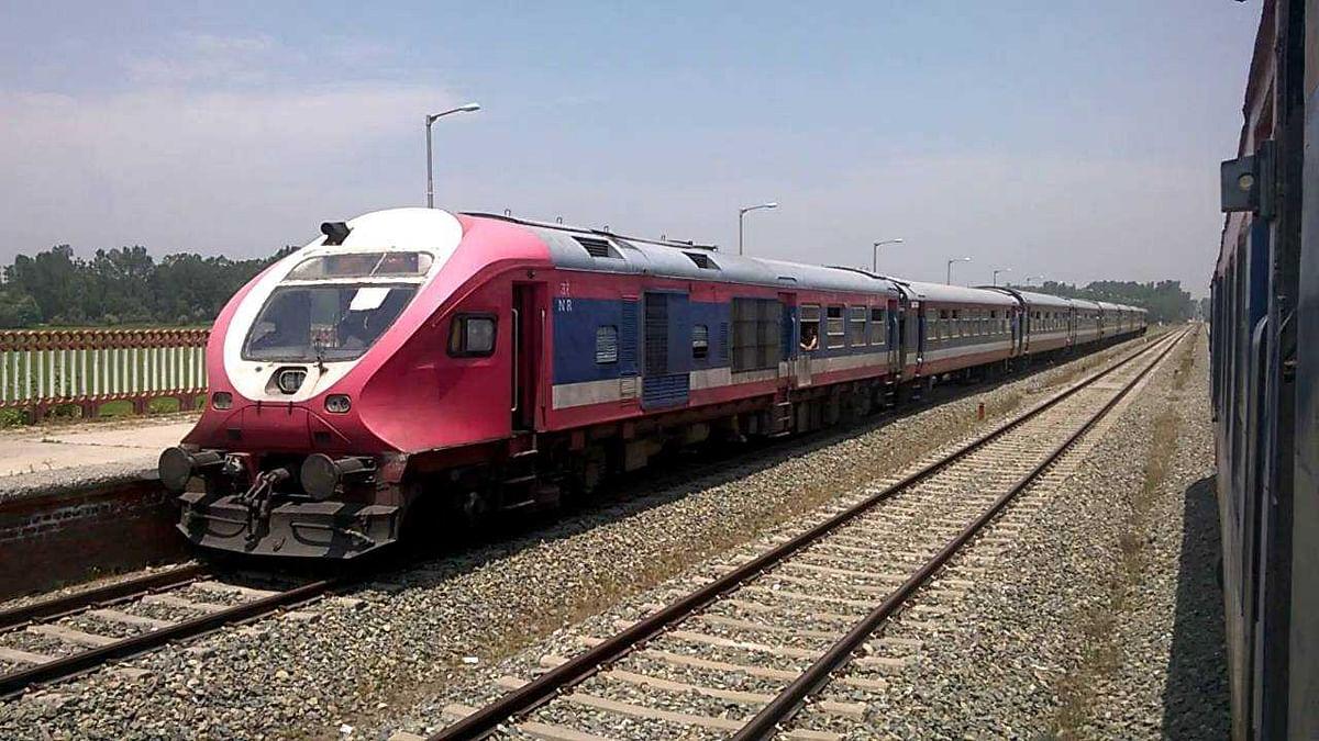 कश्मीर घाटी में आज से पटरियों पर लौटेगी ट्रेन, धारा 370 हटाने के बाद से रोक दी गई थी रेल सेवा