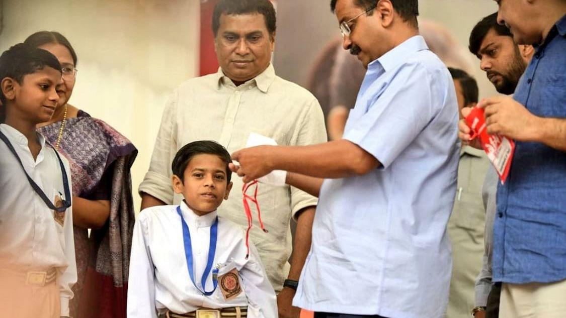 गैस चैंबर बनी दिल्ली, सीएम केजरीवाल ने स्कूलों में बांटे मास्क, कहा- पराली जलाना बंद करें पड़ोसी राज्य