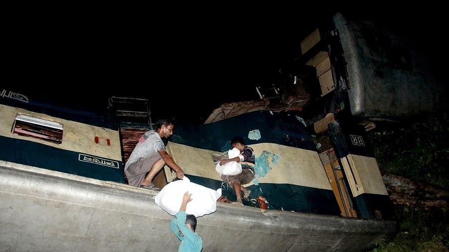 बांग्लादेश में 2 ट्रेनों के बीच भीषण टक्कर, 15 लोगों की मौत, कई लोगों की हालत गंभीर