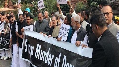 महाराष्ट्र पर संसद में कांग्रेस का प्रदर्शन, राहुल बोले- लोकतंत्र की हत्या हुई, सवाल पूछने का अब मतलब नहीं