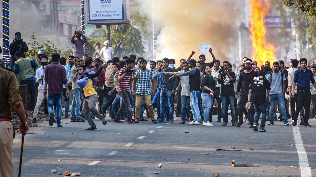 नागरिकता बिल: पूर्वोत्तर राज्यों में विरोध की आग जारी, गुवाहाटी में छात्रों का उपवास, अब तक की 2 की मौत, 14 घायल