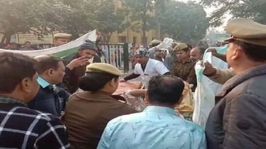नवजीवन बुलेटिन: हैदराबाद, बिहार के बाद अब यूपी में रेप पीड़िता को जलाया और कर्नाटक में उपचुनाव के लिए वोटिंग जारी