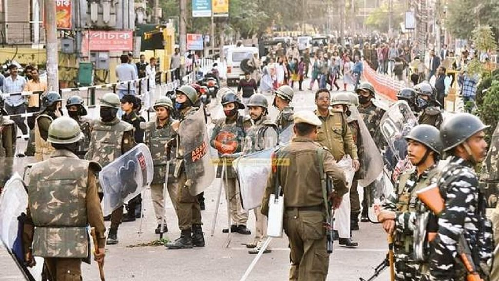 नागरिकता संशोधन कानून पर बवाल के बीच असम के गुवाहाटी और डिब्रूगढ़ में कर्फ्यू में दी गई ढील