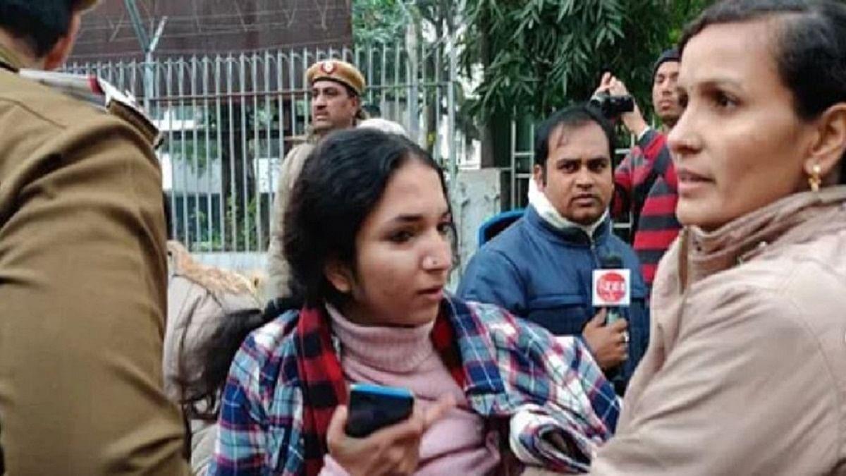 CAA: दिल्ली में यूपी भवन के बाहर प्रदर्शन कर रही छात्राएं हिरासत में ली गईं,  पुलिस पर बर्बरता का आरोप