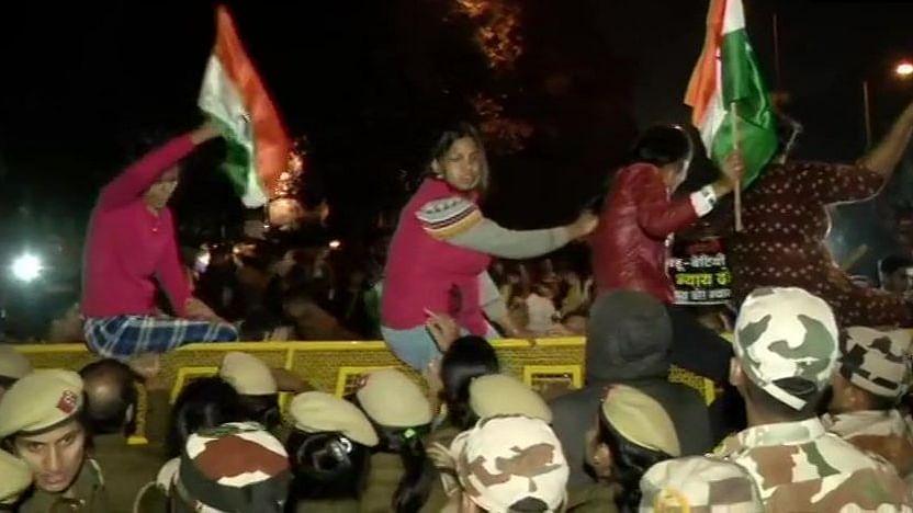 रेप कल्चर के खिलाफ उन्नाव से दिल्ली तक सड़कों पर उतरे लोग, राजधानी में  पुलिस से  भिड़ंत, कई लड़कियां घायल