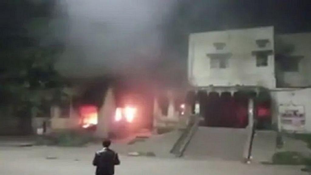 बंगाल में नागरिकता संशोधन कानून के खिलाफ बड़ा बवाल, प्रदर्शनकारियों ने रेलवे स्टेशन को किया आग के हवाले