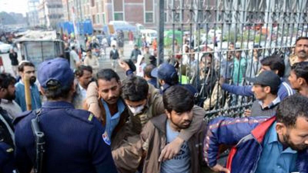 पाकिस्तानः लाहौर के अस्पताल पर वकीलों का हमला, हिंसक प्रदर्शन में अब तक 5 की मौत, 250 वकीलों पर केस दर्ज