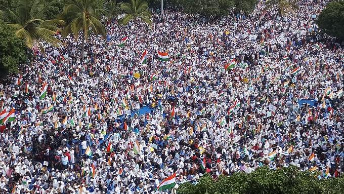 CAA-NRC के खिलाफ बेंगलुरु-चेन्नई में  प्रदर्शन, हजारों की तादाद में सड़क पर उतरे लोग, देखें तस्वीरें और वीडियो