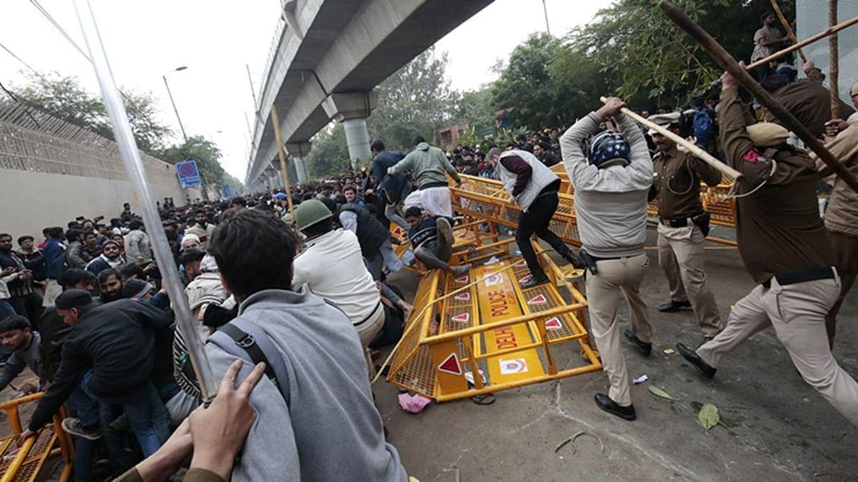 इरफान पठान के बाद जामिया के छात्रों के समर्थन में उतरे आकाश चोपड़ा, कहा- इस तरह आप उन्हें भारत के खिलाफ कर देंगे