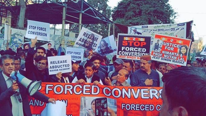 दुनिया की 5 बड़ी खबरें: पाकिस्तान में हिंदू युवती के धर्मांतरण के खिलाफ प्रदर्शन, पाक के मंत्री ने भारत को दी धमकी