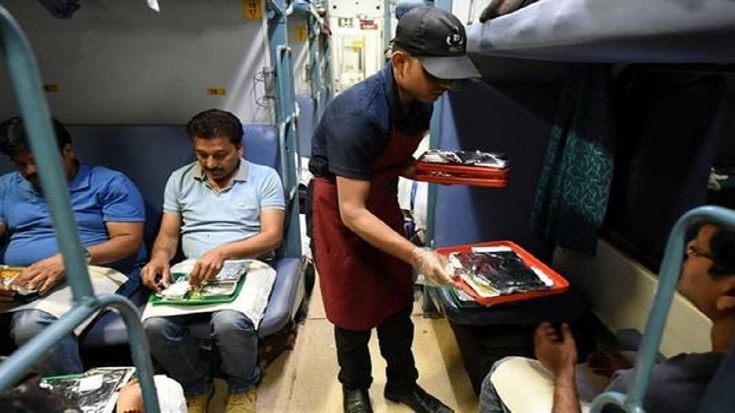CAA पर हंगामे की बीच मोदी सरकार ने चुपके से बढ़ाया रेल में खाने का दाम, अब सफर में चुकाने होंगे ज्यादा पैसे