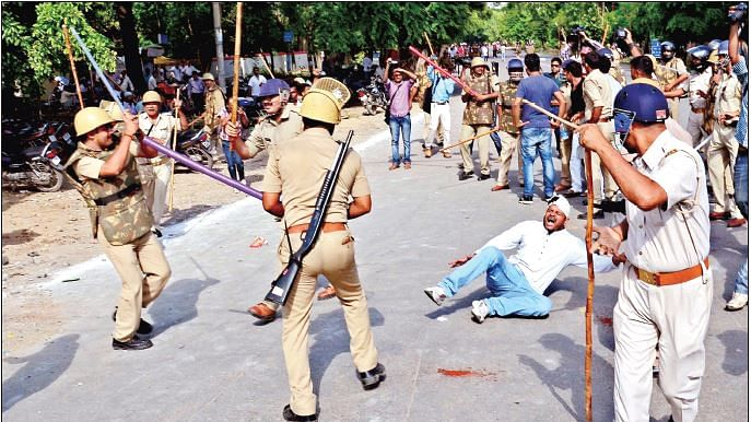 CAA Protest में हिंसा रोकने की कोशिश करने वालों तक को यूपी पुलिस ने जमकर धुना