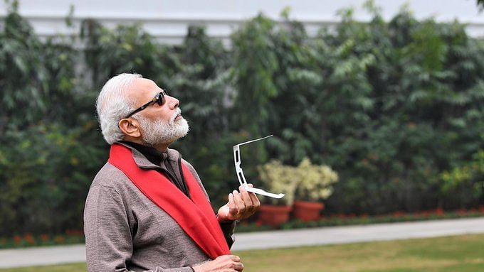 सूर्य ग्रहण को देखते हुए पीएम मोदी ने पोस्ट की तस्वीरें, सोशल मीडिया पर बने मीम, कांग्रेस का तंज, कूलेस्ट पीएम!