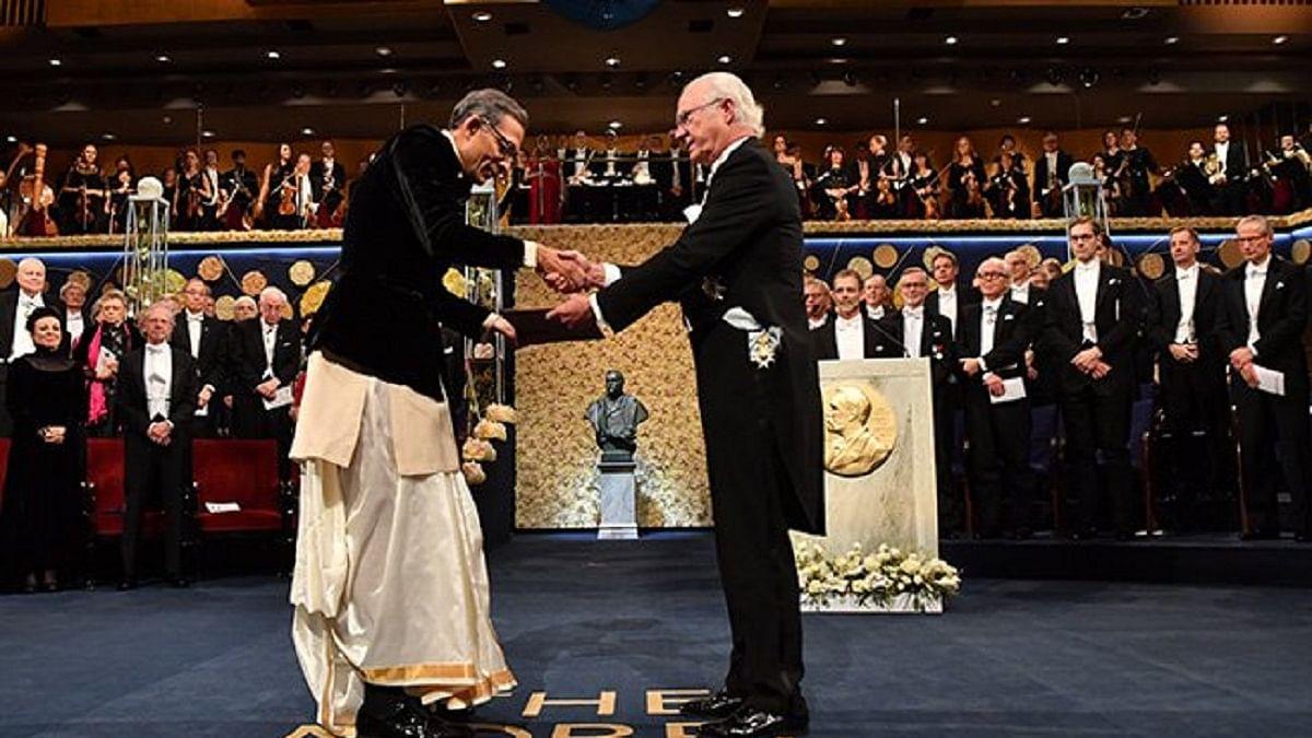 अर्थशास्त्री अभिजीत बनर्जी ने ग्रहण किया नोबेल पुरस्कार, भारतीय परिधान में आए नजर