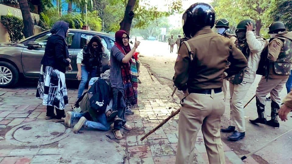 मिलिए उन जांबाज़ छात्राओं से जो पुलिस की लाठियों के सामने भी दिलेरी से तनकर खड़ी रहीं