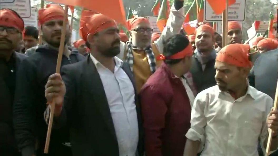 दिल्ली विधानसभा चुनाव: टिकट बंटवारे को लेकर BJP में बवाल, पार्टी ऑफिस के बाहर कार्यकर्ताओं ने जमकर किया हंगामा