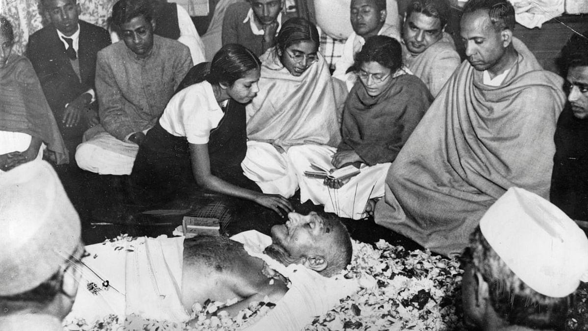 विष्णु नागर का व्यंग्यः महात्मा तो गोडसे थे, पर पब्लिक कंजम्प्शन के लिए गांधी कहना पड़ता है!