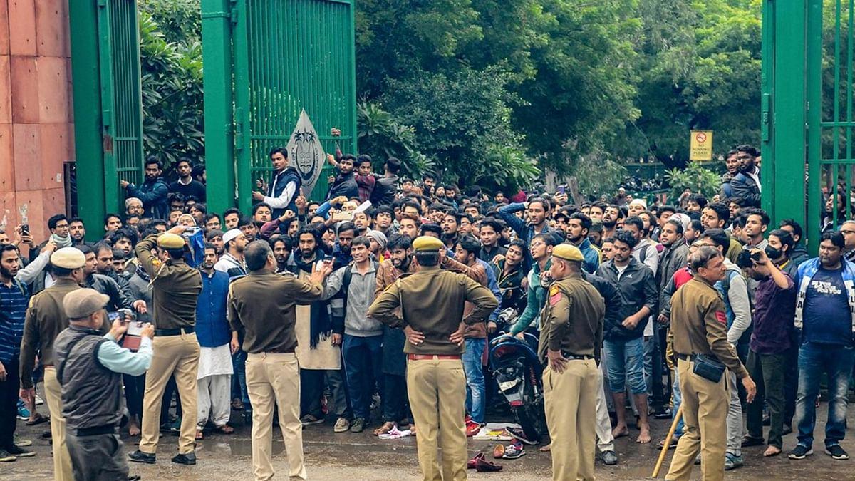 जामिया कैंपस में हुई हिंसा पर कोर्ट ने दिल्ली पुलिस को दिया निर्देश, कहा- कार्रवाई से जुड़ी रिपोर्ट करें पेश