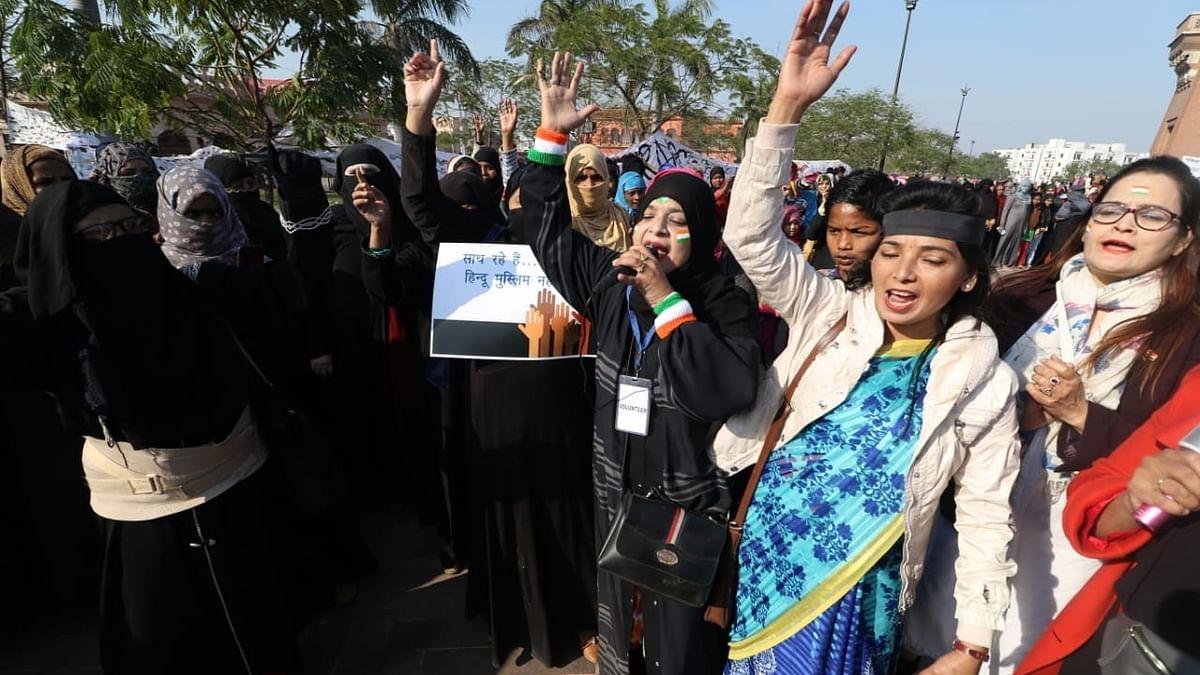 CAA: लखनऊ में विरोध प्रदर्शन से डरी योगी सरकार! घंटाघर से पुलिस ने फिर कई महिलाओं को किया गिरफ्तार