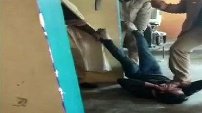 योगीराज में पुलिस की गुंडागर्दी, आरोपी चोर की बेरहमी से  पिटाई, वीडियो वायरल होने के बाद 3 पुलिसकर्मी निलंबित
