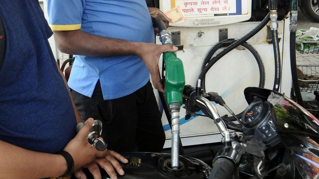 अर्थ जगत की 5 बड़ी खबरें: पेट्रोल, डीजल ने भी दिया नए साल में महंगाई का झटका, आयात शुल्क घटने पर भी खाद्य तेल महंगे