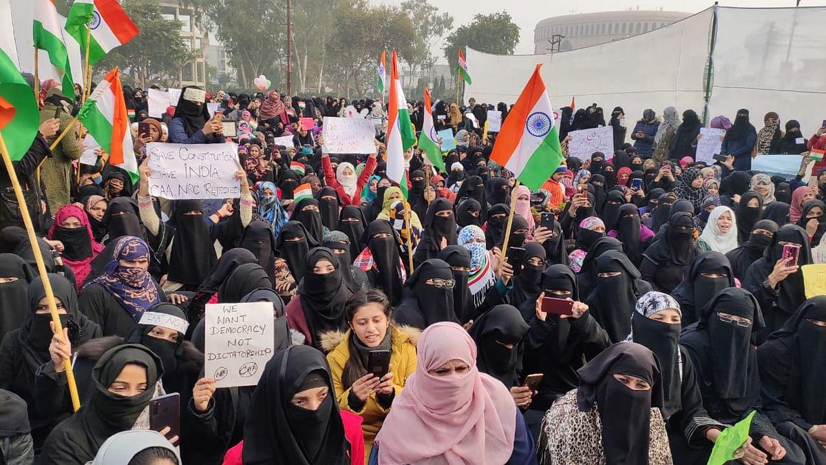 उत्तर प्रदेश: देवबंद में हाथों में तिरंगा लेकर CAA और NRC के खिलाफ सड़क पर उतरीं हजारों मुस्लिम महिलाएं
