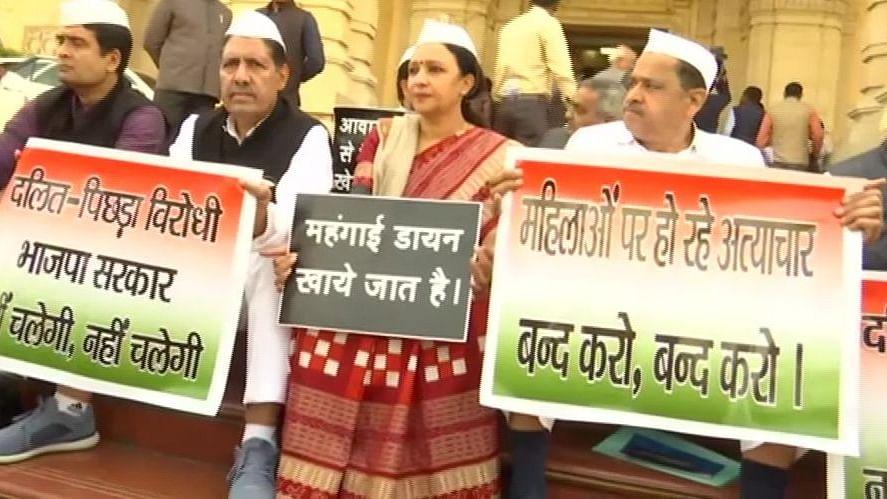 नवजीवन बुलेटिन: यूपी विधानसभा में कांग्रेस ने किया BJP का घेराव और जामिया मामले में झूठी सबित हुई दिल्ली पुलिस