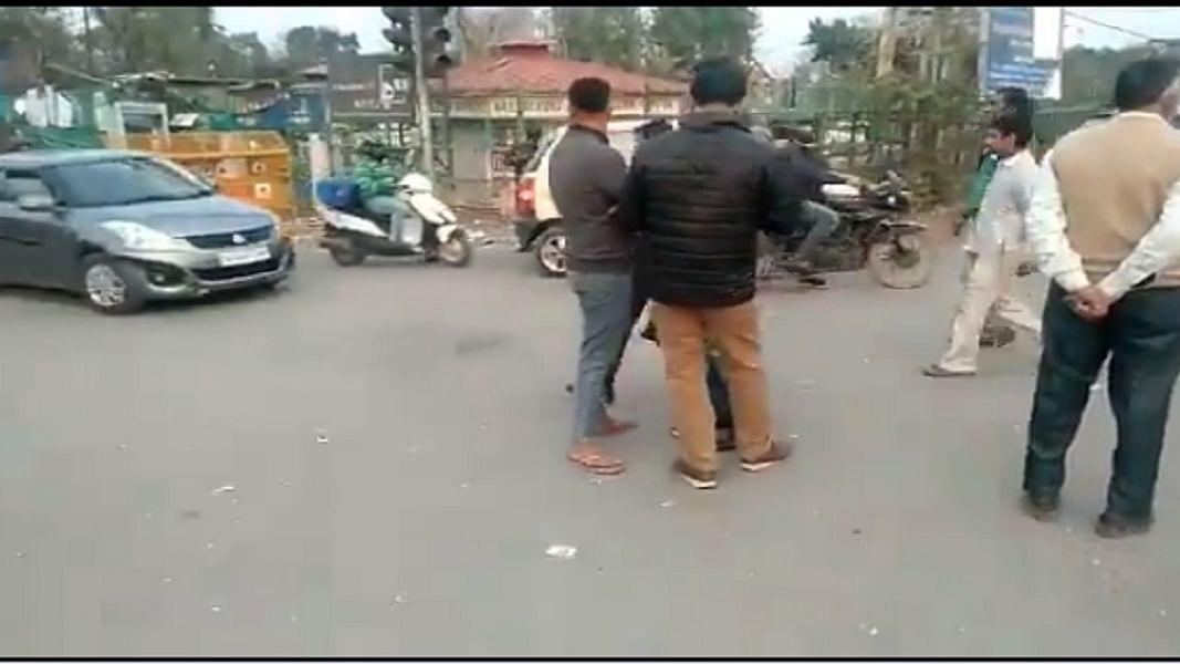 शाहीन बाग: प्रदर्शनकारियों ने दिल्ली से नोएडा जाने वाली सड़क को खोला, एक हिस्सा अभी भी बंद