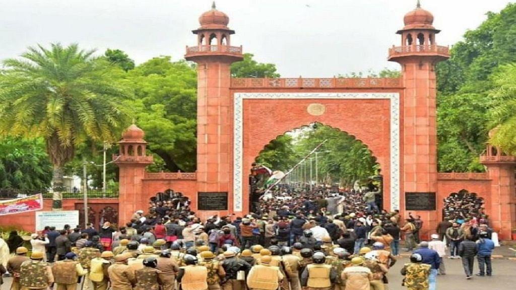 CAA प्रदर्शन के बीच AMU के प्रॉक्टर ने दिया इस्तीफा, मोदी-योगी का पुतला जलाने वाले छात्रों के खिलाफ केस दर्ज