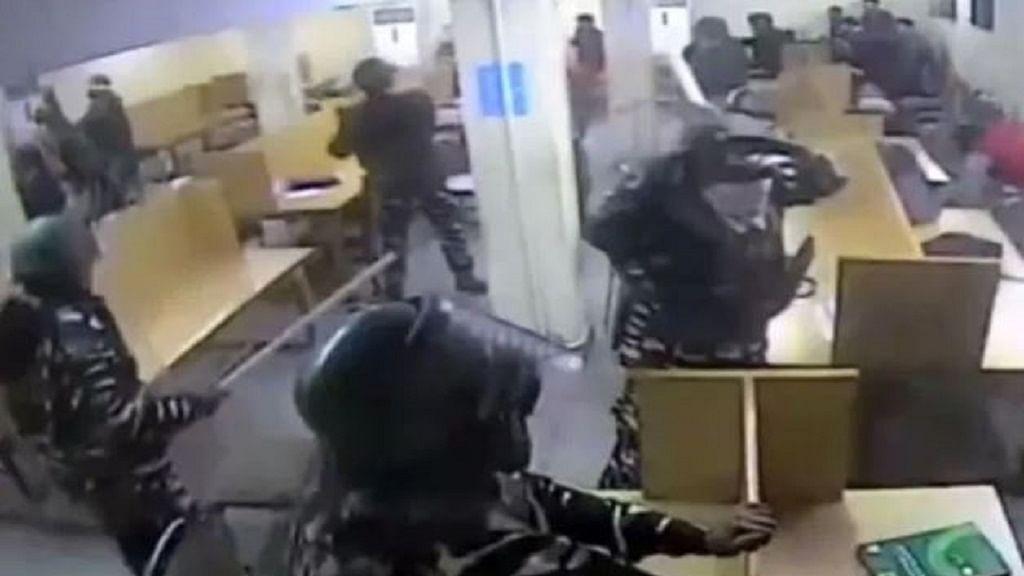 जामिया: पुलिस की बर्बरता का वीडियो JCC ने किया जारी, लाइब्रेरी में पढ़ते छात्रों पर लाठी बरसाते दिखे पुलिसकर्मी