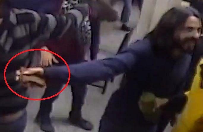 जामिया छात्रों को फंसाने की दिल्ली पुलिस की कोशिश नाकाम, छात्र के हाथ में पर्स था पत्थर नहीं, ऑल्ट न्यूज़ का खुलासा