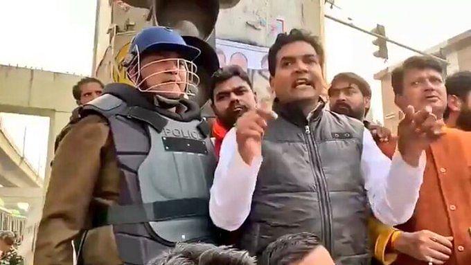 CAA: जाफराबाद में पुलिस के सामने BJP नेता कपिल मिश्रा ने दी धमकी, दिए भड़काऊ बयान, लेकिन FIR में नाम तक नहीं