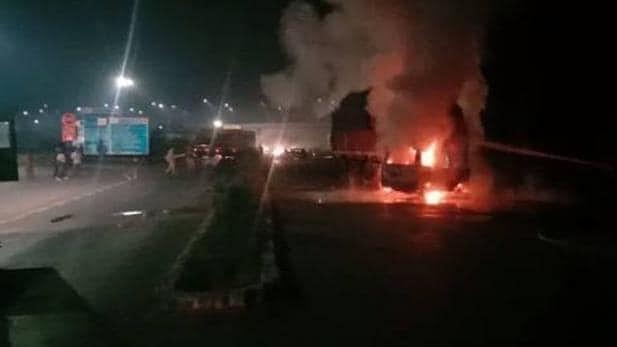 बड़ी खबर LIVE: लखनऊ-आगरा एक्सप्रेस वे पर भीषण हादसा, ट्रक से टकराने के बाद वैन में लगी आग, 7 जिंदा जले