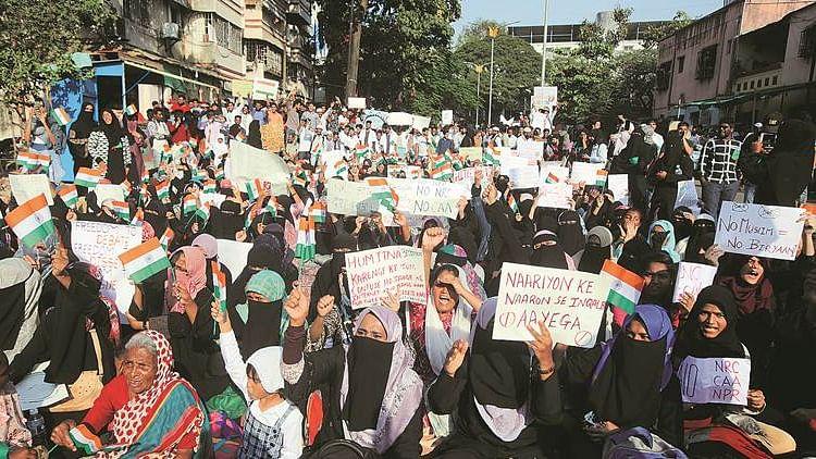 नवजीवन बुलेटिन: आजमगढ़ में CAA प्रदर्शन के दौरान महिलाओं पर लाठी चार्ज और प्रियंका गांधी का पीएम मोदी पर निशाना