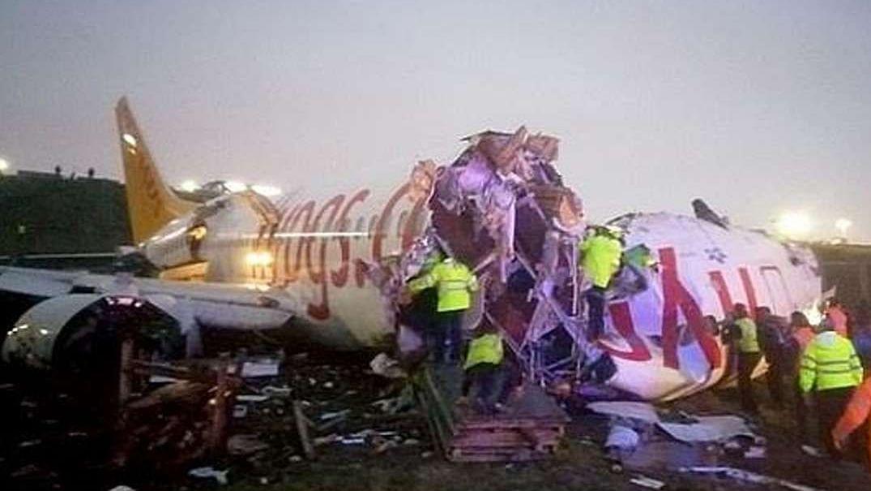 इस्तांबुलः एयपोर्ट पर तेज हवा और बारिश के कारण रनवे पर फिसले विमान के हुए तीन टुकड़े, 120 यात्री घायल