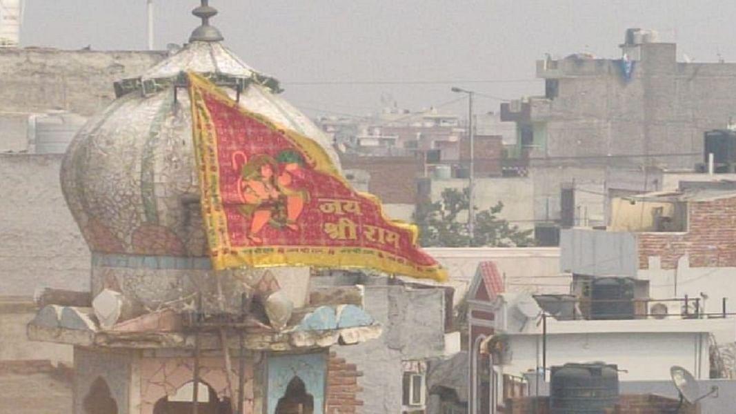 दिल्ली हिंसाः निशाना बनाई गई मस्जिद से 24 घंटे बाद भी पुलिस ने नहीं उतारा भगवा झंडा