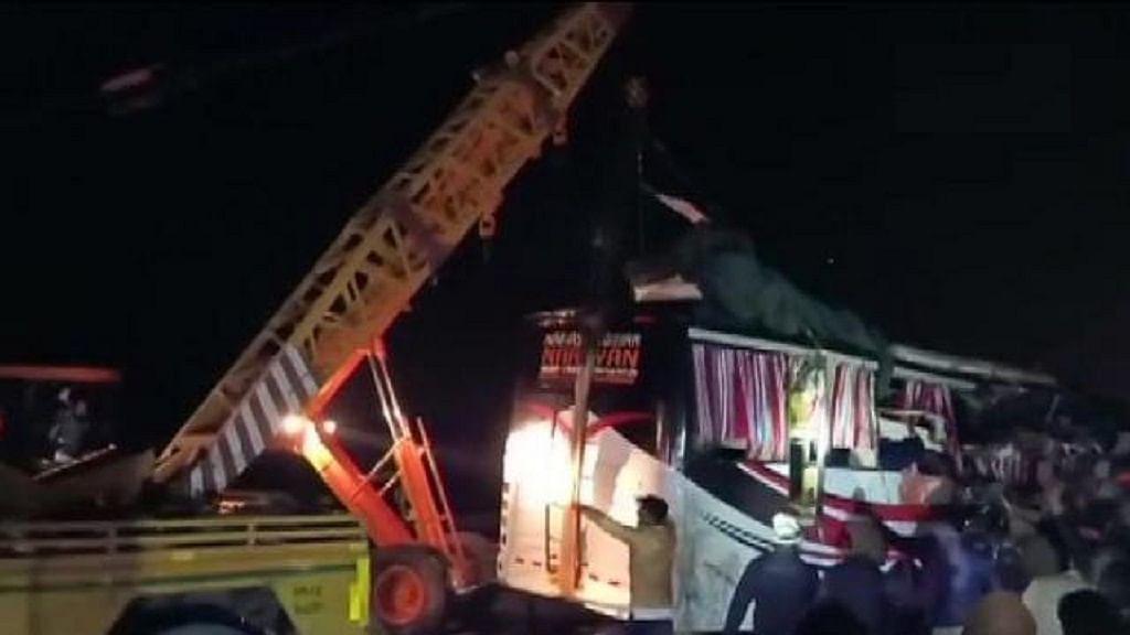 उत्तर प्रदेश: फिरोजाबाद में आगरा-लखनऊ एक्सप्रेस-वे पर बस-ट्रक की टक्कर में 14 लोगों की मौत, 31 घायल