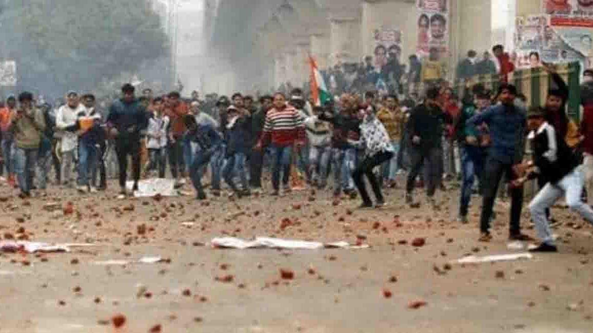 दिल्ली हिंसा: अर्धसैनिक बलों की तैनाती के बावजूद इन इलाकों में हो रही पत्थरबाजी, कई मेट्रो स्टेशन बंद