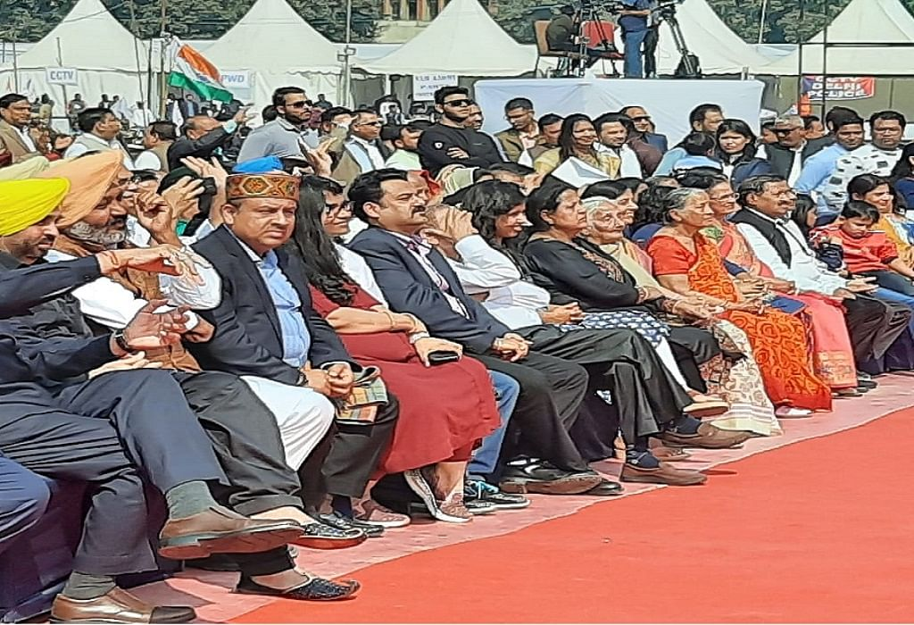 दिल्ली के सीएम बने अरविंद केजरीवाल, ऐतिहासिक रामलीला मैदान में तीसरी बार ली शपथ, 6 विधायक बने मंत्री