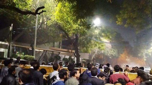 दिल्ली हिंसा: आधी रात को JNU, जामिया के छात्रों ने सीएम हाउस का किया घेराव, केजरीवाल की कार्यशैली पर उठाए सवाल